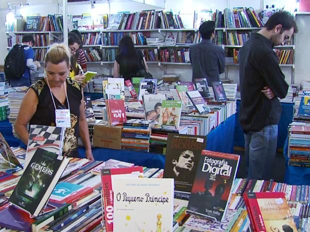 Livros a partir de R$ 1 animam visitantes na Flipoços, em Poços de Caldas (Foto: Reprodução EPTV / Marcelo Rodrigues)