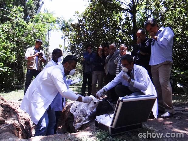 O corpo de Mariah é encontrado pela polícia (Foto: Amor à Vida / TV Globo)
