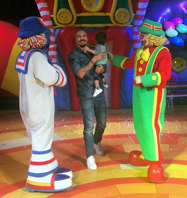 Fernando Medeiros com o filho, Lucca, no show do Patati Patatá (Foto: AgNews)