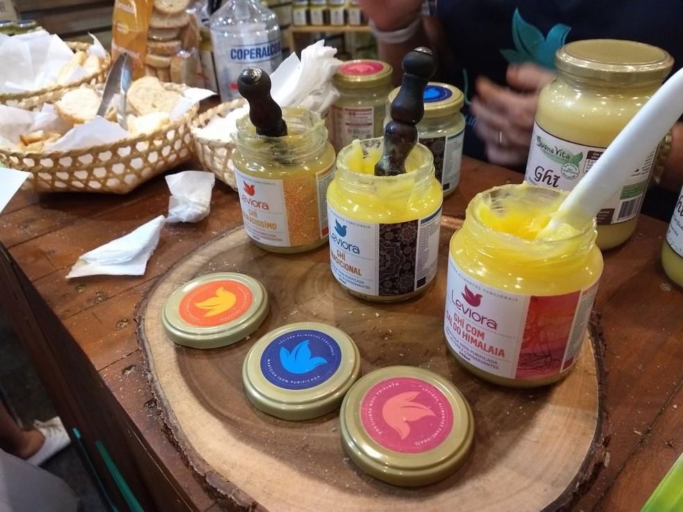 Degustação de manteiga artesanal é uma das atrações da feira (Foto: Penélope Araújo/G1)