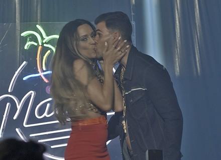 Funkeira assusta Merlô com beijão e anúncio bombástico de namoro