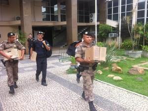 Documentos são levados pela polícia da sede da Prefeitura da cidade. (Foto: Sávio Scarabelli/G1)
