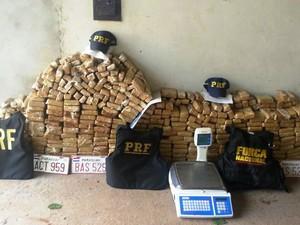 Droga e veículos foram apreendidos neste domingo (Foto: PRF/Divulgação)