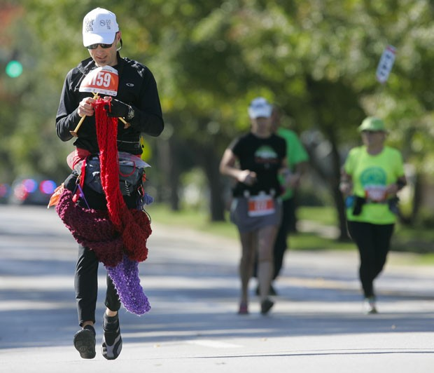 Com cachecol de 3,6 m, Babcock bateu recorde e vai entrar no Guinness (Foto: Jim Barcus/The Kansas City Star/AP)
