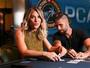 Bruno Gagliasso e Carolina Oliveira vão a torneio de poker nas Bahamas