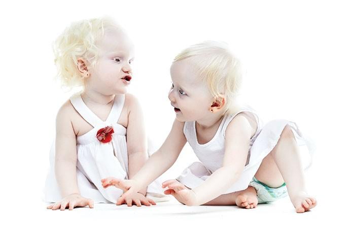 Sabrina, 1 ano e 5 meses, e Maria Clara, 1 ano e 1 mês (Foto: Victor Affaro)