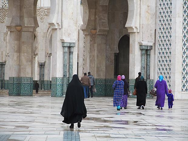 Mulheres com túnica e capuz entram na mesquita Hassan II, em Casablanca (Foto: Giovanna Dell'Orto/AP)