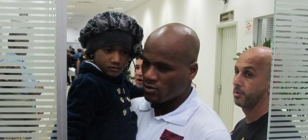 Domingos leva a filha para conhecer Neymar (Foto: Marcelo Hazan/Globoesporte.com)