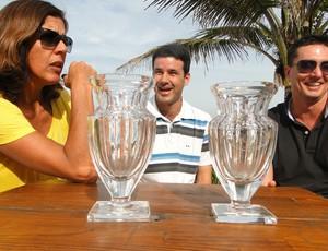 reprodução vôlei de praia Jackie, Guilherme e Pará com troféus (Foto: Helena Rebello)