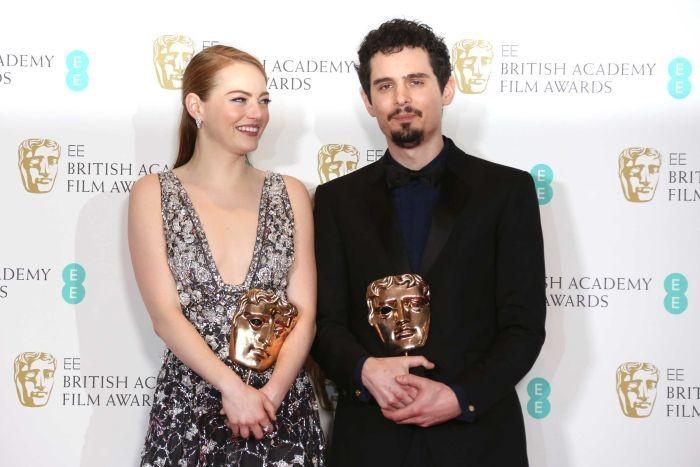 Emma Stone e o diretor Damien Chazelle que estavam representando o filme 'La La Land' (Foto: Divulgao)
