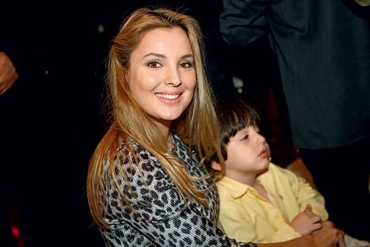 Marcela com o filho Michelzinho num jantar em homenagem  ao então vice,em 2013 (Foto: Zanone Fraissat/Folhapress)