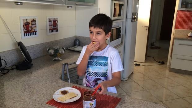 Marcelo adora comer biscoito com chocolate  (Foto: RBS TV/Divulgação)