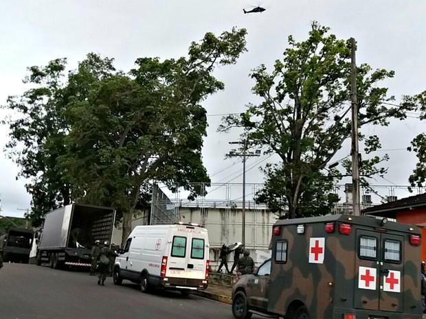 Um helicóptero dá apoio à ação (Foto: Adneison Severiano/G1 AM)