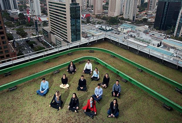 CONCENTRAÇÃO Funcionários  da empresa Mead Johnson Nutrition, em São Paulo, meditam durante  o expediente.  A prática melhorou o ambiente  e a produtividade (Foto: Rogério Cassimiro/ÉPOCA)