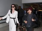Angelina Jolie desembarca com os filhos em aeroporto de Los Angeles