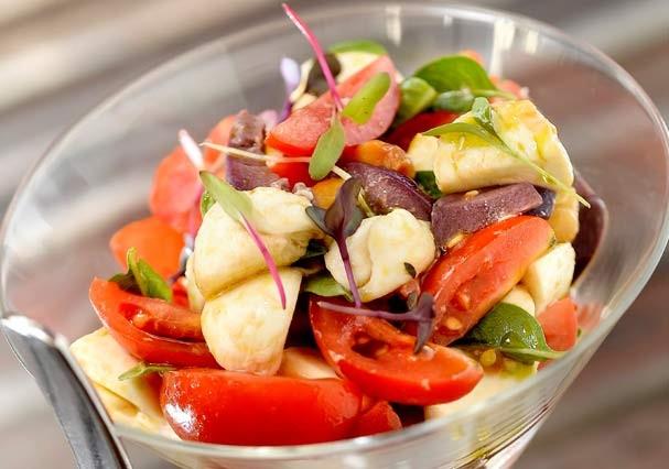 Salada Caprese é um clássico da cozinha light perfeita pro verão