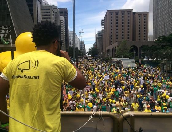 Carro de som do Movimento Vem Pra Rua, na Avenida Paulista, em São Paulo. Manifestantes pedem o impeachment da presidente Dilma (Foto: Teresa Perosa)