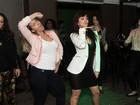 Andréia Sorvetão se empolga ao dançar 'Show das poderosas' em festa