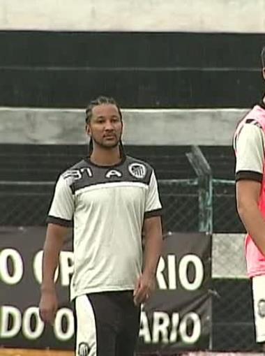 Jorge Preá e Lucas Batatinha (de colete) querem garantir vitória para o Operário-PR (Foto: Reprodução/RPC TV)