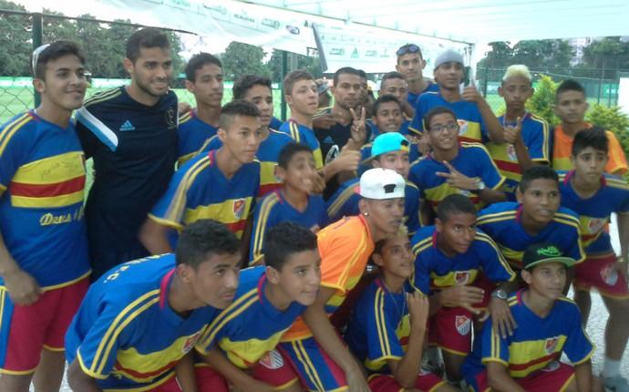 Kardec posa com garotos cearenses após treino do Palmeiras (Foto: Fabricio Crepaldi)