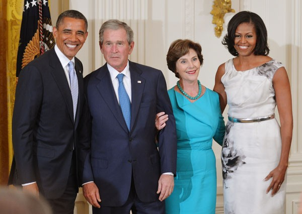 Obama, Bush, Michelle e Laura posam para a foto oficial na Casa Branca nesta quinta (31). (Foto: Mandel Ngan/AFP)
