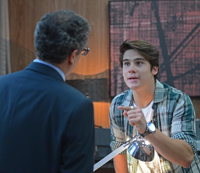 Rodrigo invade reunião do pai e o afronta (Foto: Pedro Carrilho/Gshow)