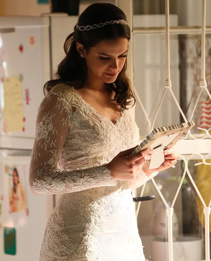 Em cena como Mari, Bruna Marquezine exibe seu corpo sequinho em vestido de noiva justíssimo (Foto: Isabella Pinheiro/Gshow)