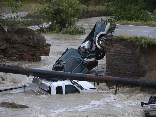 Três veículos caíram em um rio após uma cratera se abrir em estrada de Broomfield, Colorado. (Foto: Andy Cross/The Denver Post/AP)