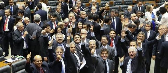 Deputados da oposição comemoram a derrubada de decreto (Foto: O Globo)