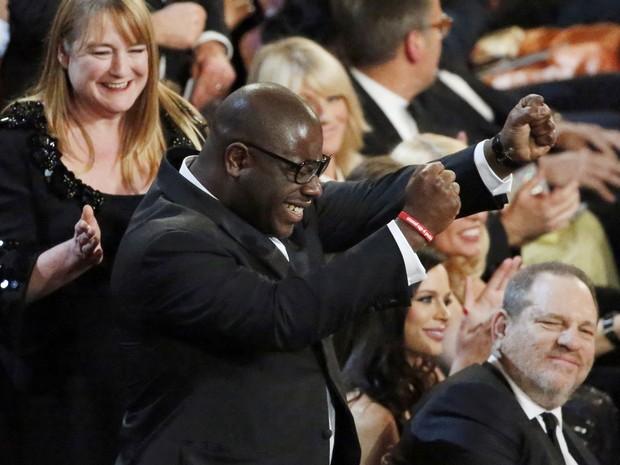Steve McQueen vibra ao ganhar o Oscar de Melhor Filme por '12 anos de escravidão'. (Foto: REUTERS/Lucy Nicholson)