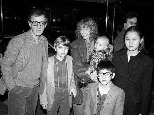 Ao lado de Soon Yi, Moses aparece em frente aos pais adotivos Mia Farrow, com Dylan no colo, e Woody Allen (Foto: Photo by Ann Clifford/DMI/Time Life Pictures/Getty Images)