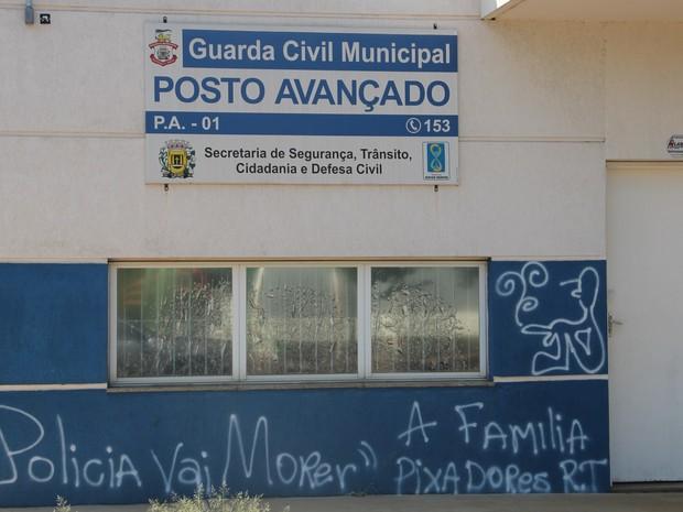 Posto da Guarda Municipal amanhece pichado com ameaças a policiais em Leme (Foto: Ricardo Missão/EPTV)