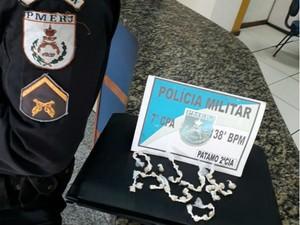 Adolescentes estavam com 44 pedras de crack (Foto: Divulgação/Polícia Militar)