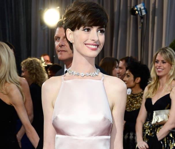 """Anne vestiu Prada mas os """"faróis acesos"""" a traíram (Foto: Getty Images)"""