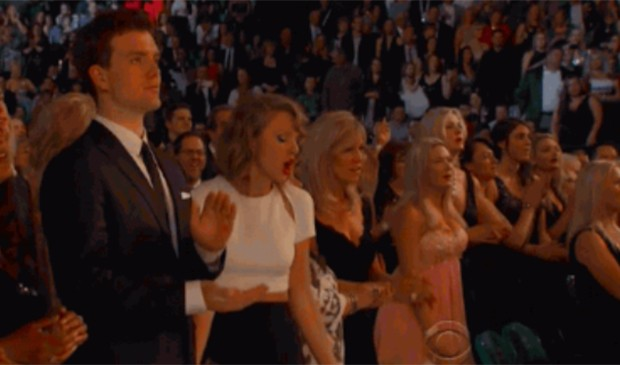 Taylor Swift é máquina de hits e de gifs! Suas danças nas premiações viram memes na hora! (Foto: Reprodução)