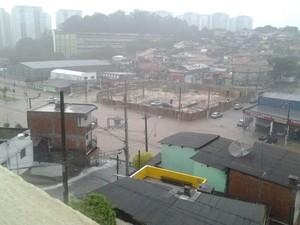 Avenida fica alagada após chuva em Osasco, em SP. (Foto: Tamires Bertunes Brandão/VC no G1)