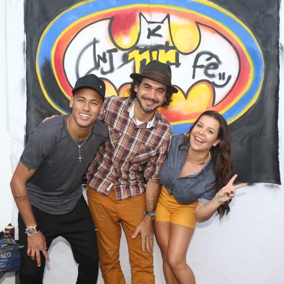 O craque Neymar, o artista plástico Kobra e Fernanda: eles fizeram um grafite juntos (Foto: Divulgação Multishow)