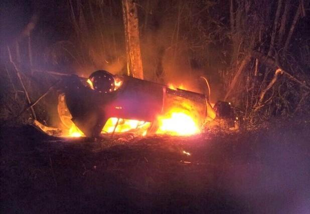 Carro explodiu após acidente na rodovia BR-174 (Manaus-Boa Vista)  (Foto: Divulgação/Polícia Militar - Força Tática)
