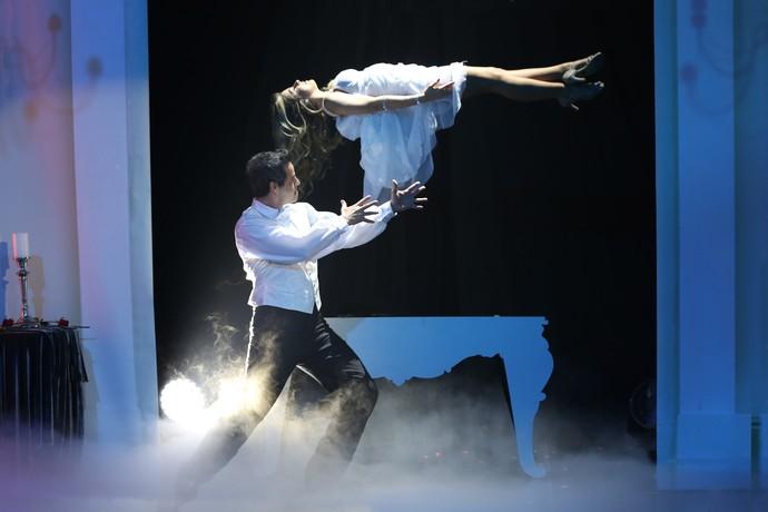 Já Bruno Garcia fez Mayara Araújo levitar no palco (Foto: Carol Caminha/Gshow)