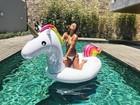 Giulia Costa mostra corpo escultural em piscina com boia de unicórnio