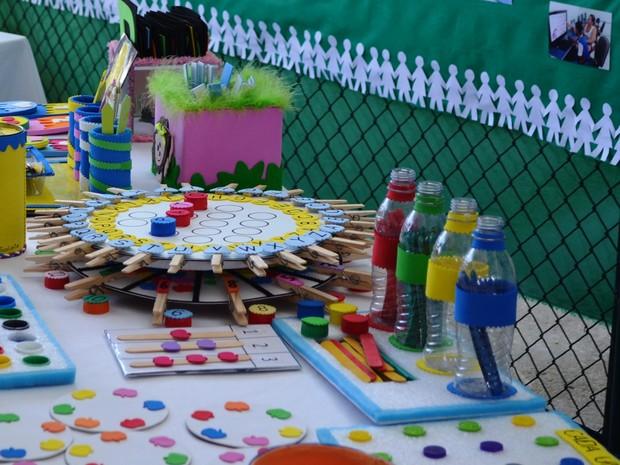 Durante evento foram exibidos artesanatos produzidos por alunos e professores (Foto: Jackson Félix/G1 RR)