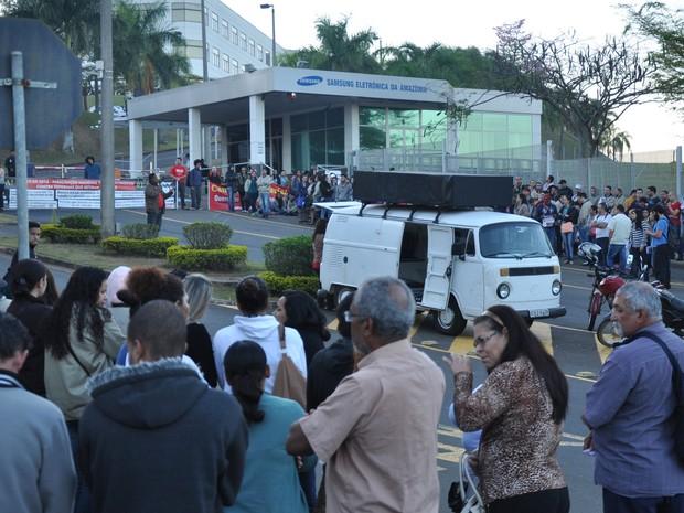 Funcionários atrasaram a produção na fábrica da Sansung em Campinas (Foto: Robson Sampaio)
