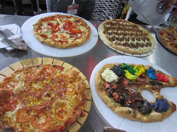 Diferentes combinações de ingredientes trazem pizzas salgadas e doces para atrair a clientela (Foto: Marta Cavallini/G1)