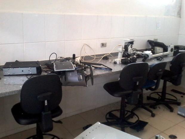 Laboratório foi destruído mais uma vez pelos invasores (Foto: Elisângela Marques/ G1)