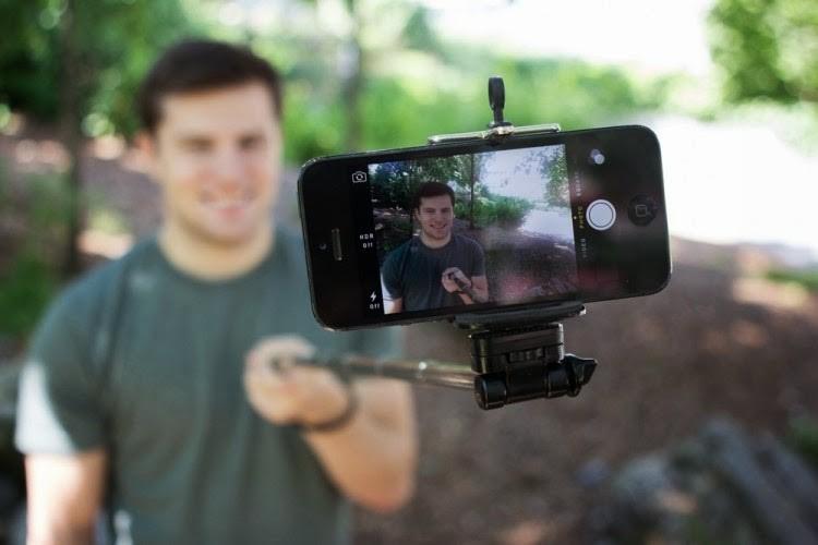"""Cinco situações em que o """"pau de selfie"""" é inútil, mas insistem em usá-lo"""