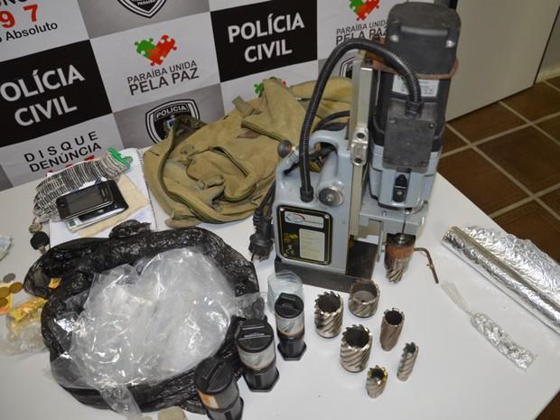 Furadeira insdutrial foi apreendida pela polícia no ponto de venda de drogas, em João Pessoa (Foto: Walter Paparazzo/G1)