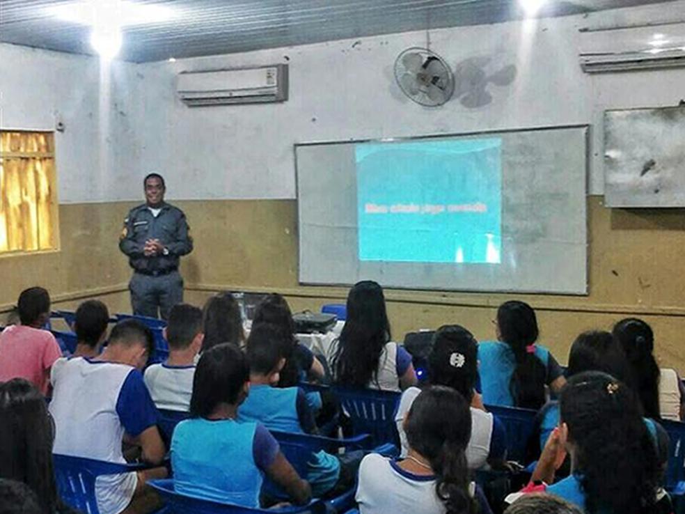 Polícia Militar faz palestras em escolas para conscientizar em estudantes e pais (Foto: PM/Divulgação)