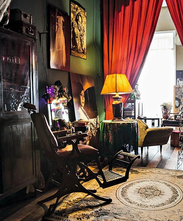 Cadeira de barbeiro,  fotos na parede e móveis antigos compõem a sala (Foto: Lufe Gomes / Editora Globo)