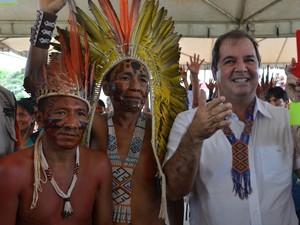 Governador Tião Viana entrega casa a povos indígenas no Acre (Foto: Francisco Rocha/G1)