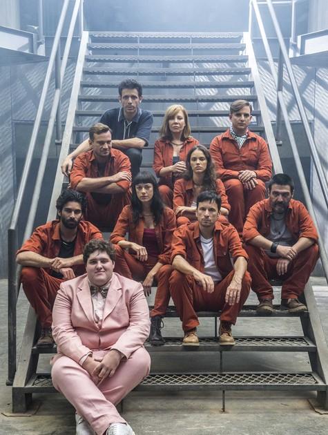 Felipe Hintze (de terno rosa) com o elenco da versão internacional de 'Supermax' (Foto: Globo/Renato Rocha Miranda)